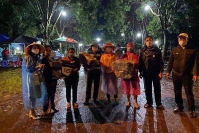 Trường THPT Chu Văn An hỗ trợ 250 áo mưa cánh dơi và 100 bánh mỳ cho bà con.